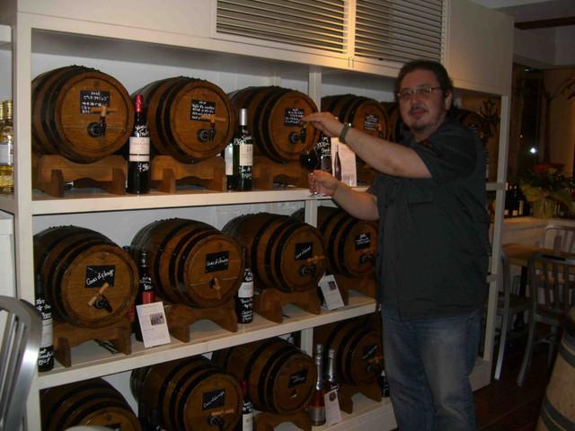 樽から好きなワインを自分で注ぎます。